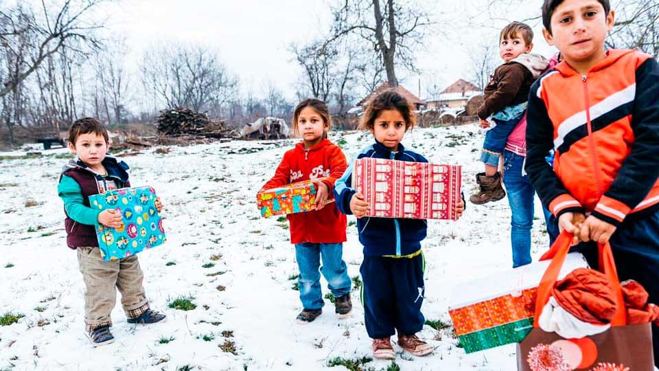 Kinder haben im Rahmen der Aktion «Weihnachten im Schuhkarton»