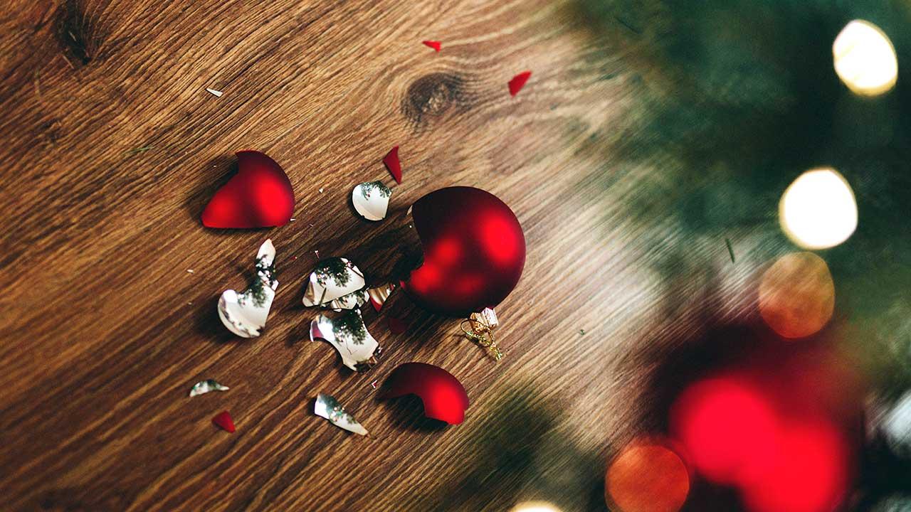 Zebrochene Kugel eines Weihnachtsbaum am Boden