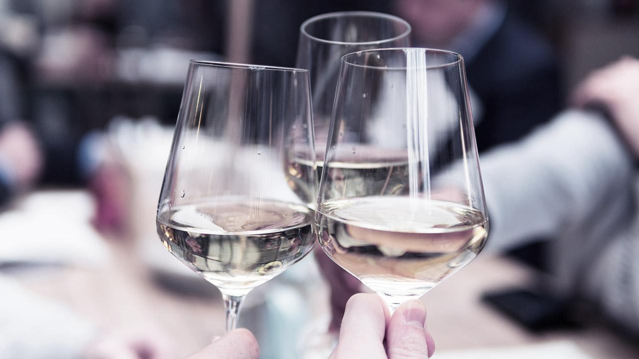 Drei erhobene Weingläser | (c) unsplash