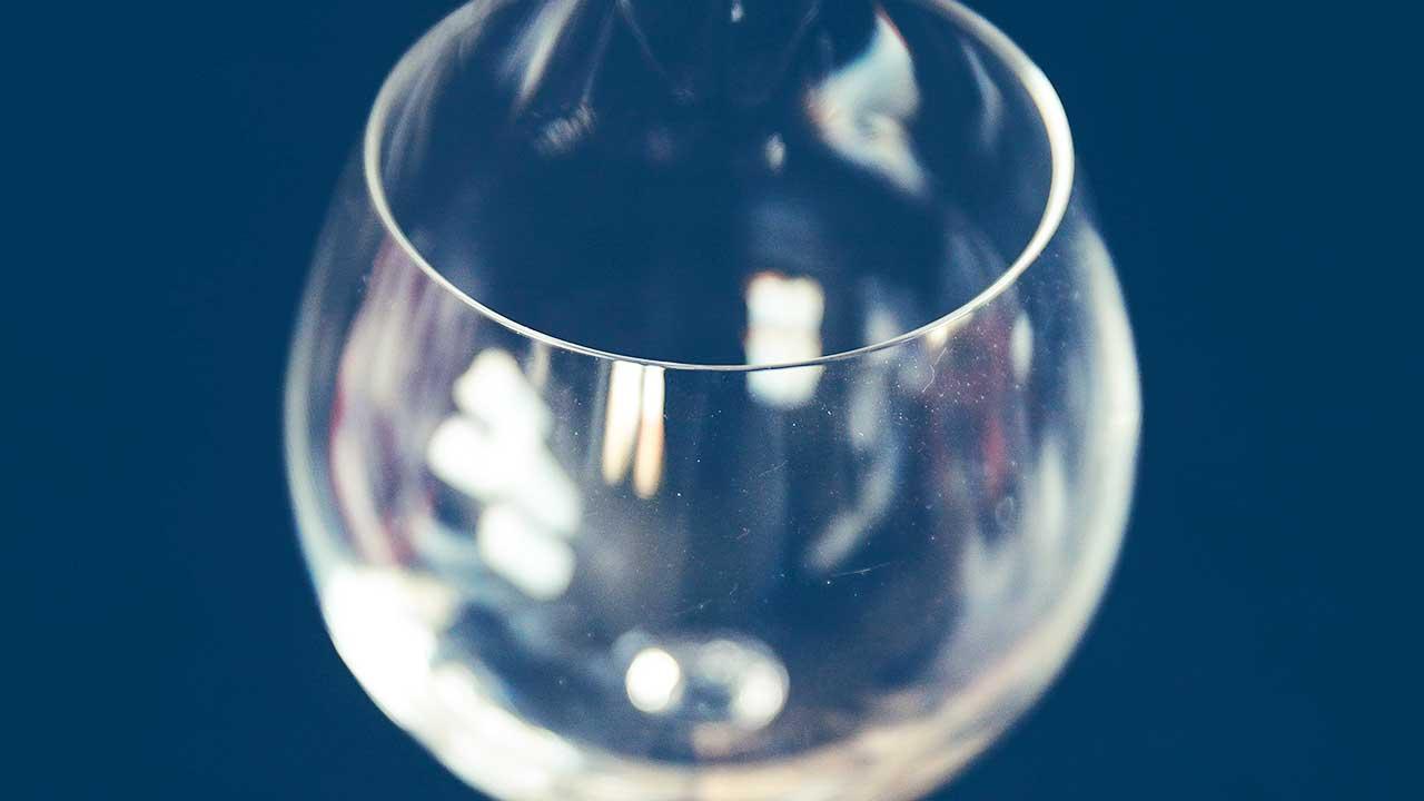 Leeres Weinglas als Symbol für Verzicht