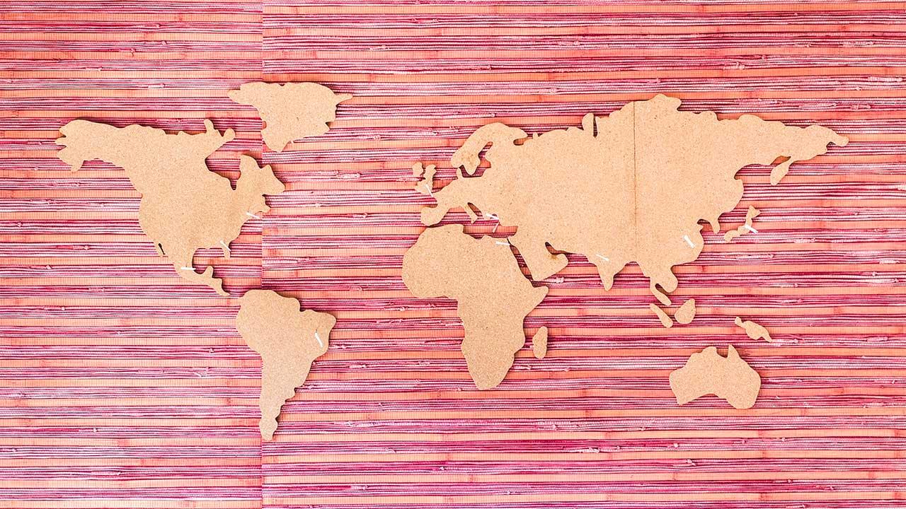 Weltkarte aus farbigem Papier