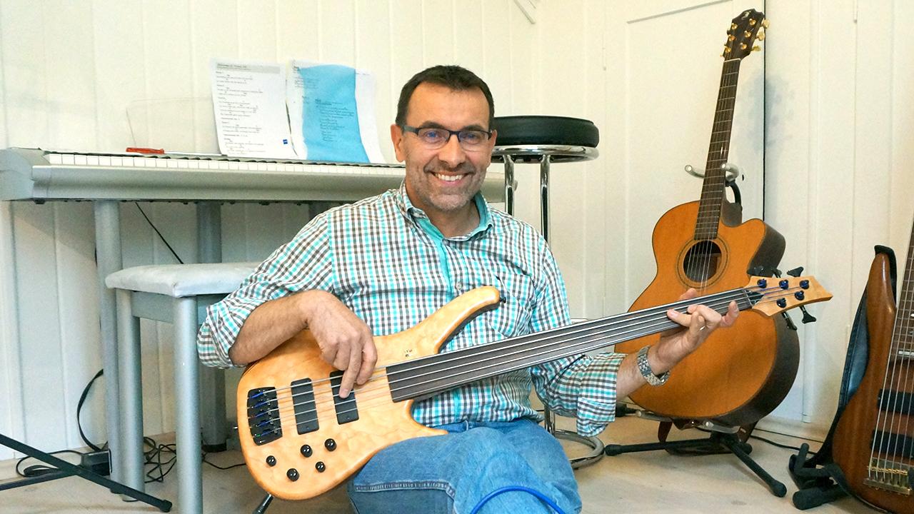 Thomas Wirth entspannt mit Musizieren