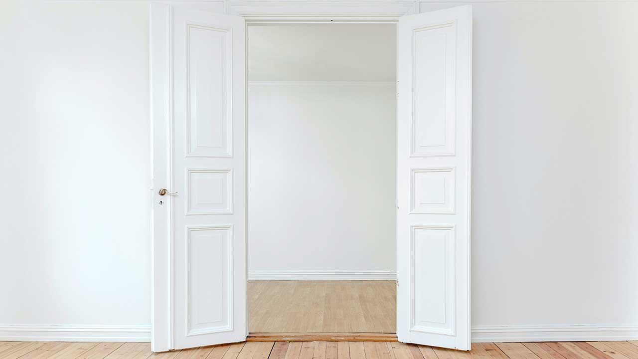 Offene Tür in einer Wohnung von einem Zimmer in ein anderes