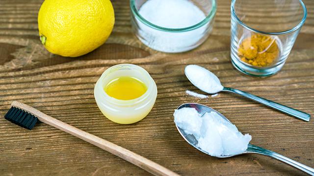 Zutaten für eine selbstgemachte Zahnpasta