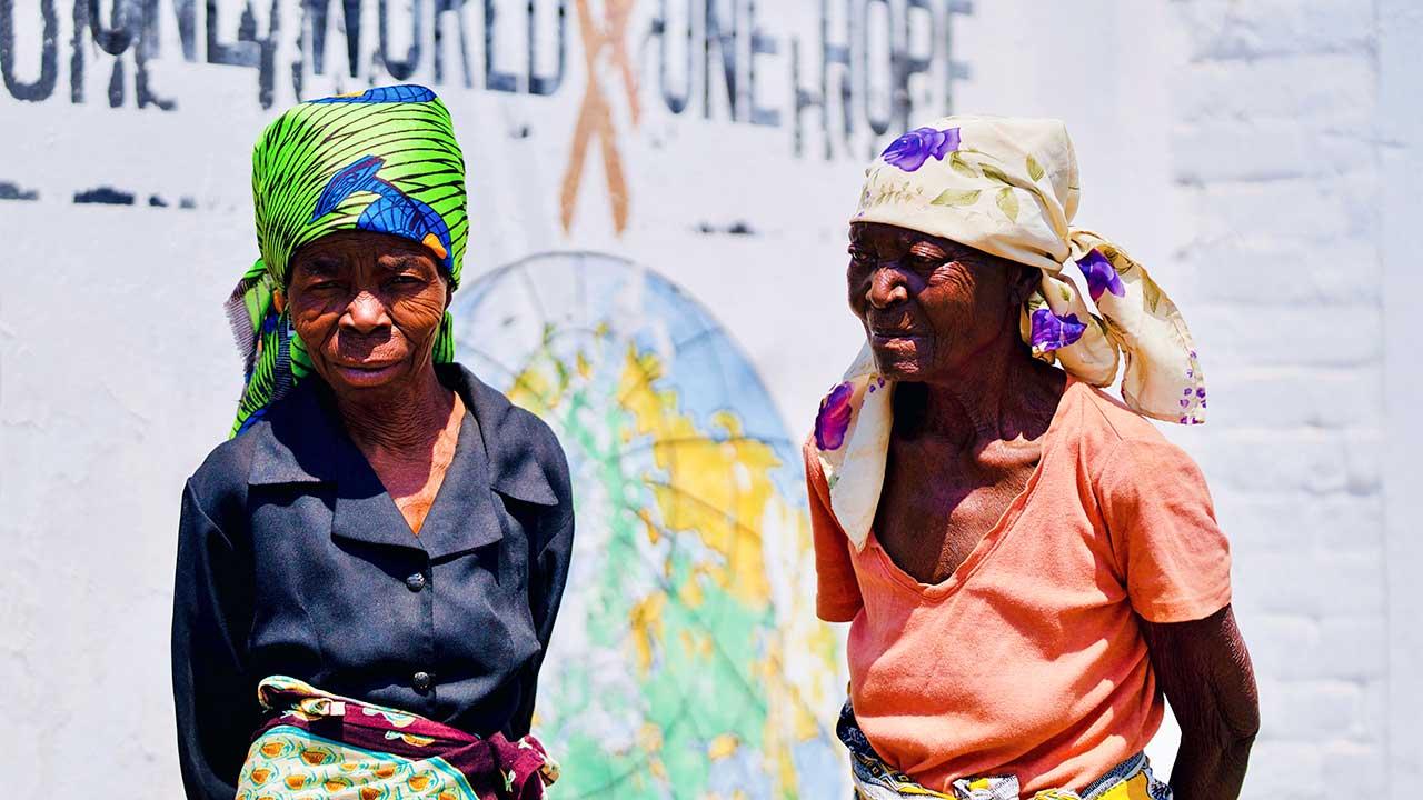 Zwei ältere Frauen in Bindura, Zimbabwe