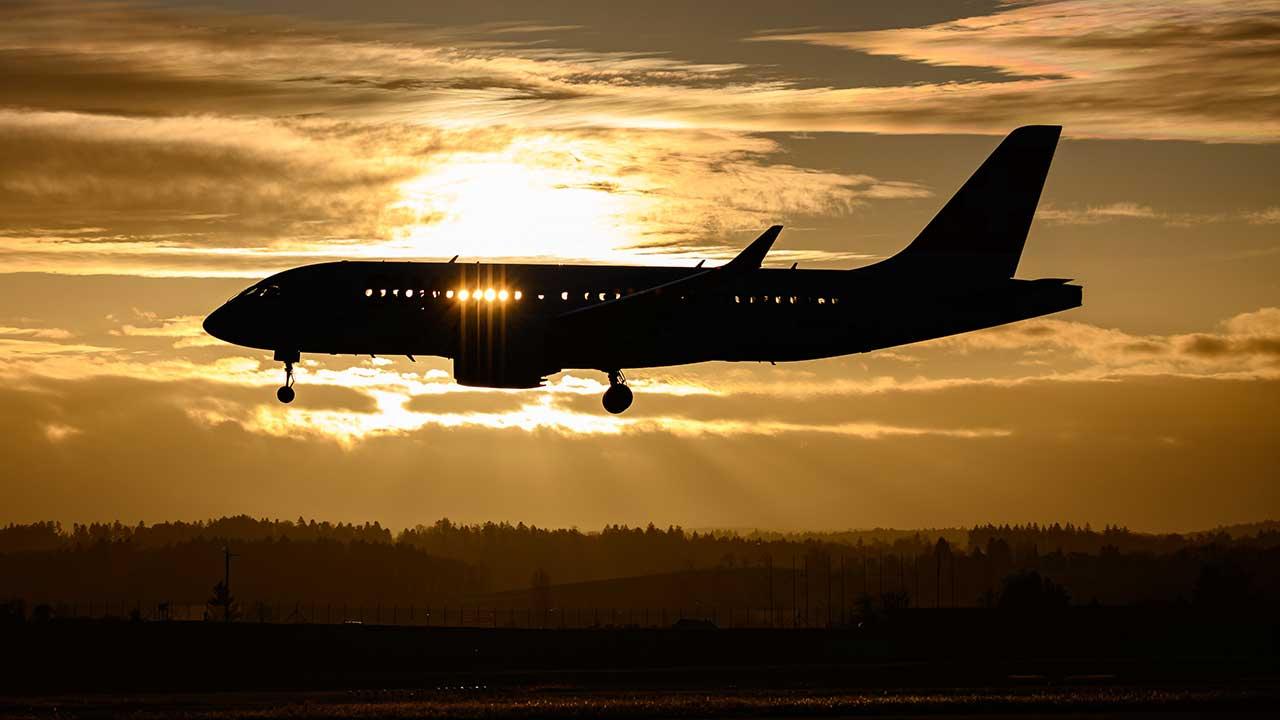 Flugzeug landet bei Sonnenuntergang in Zürich-Kloten
