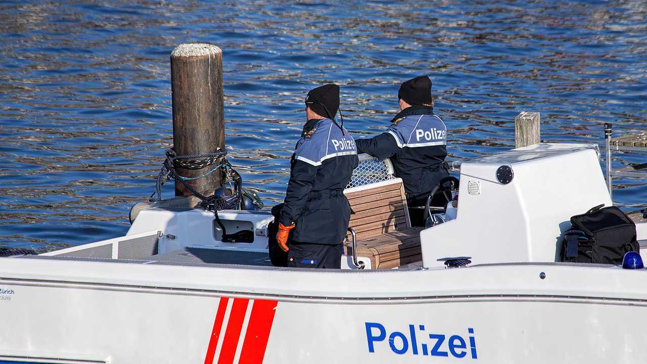 Zwei Polizisten in einem Boot auf der Limmat