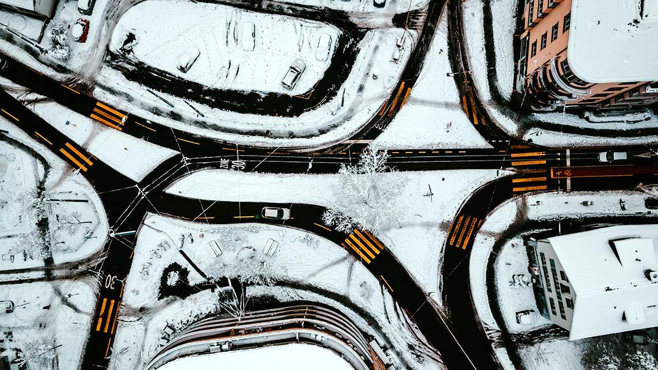 Geräumte Strassen in Zürich-Wiedikon im Winter aus der Perspektive einer Drohne