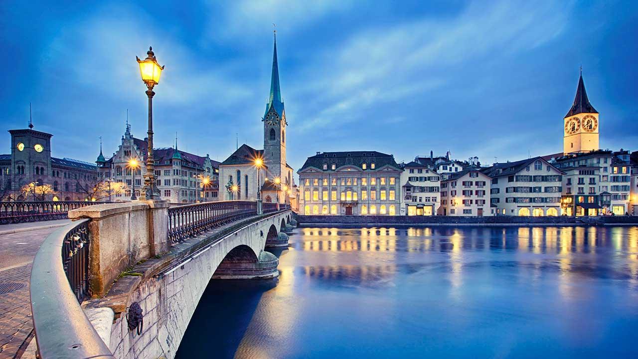 Beleuchtete Fenster im abendlichen Zürich