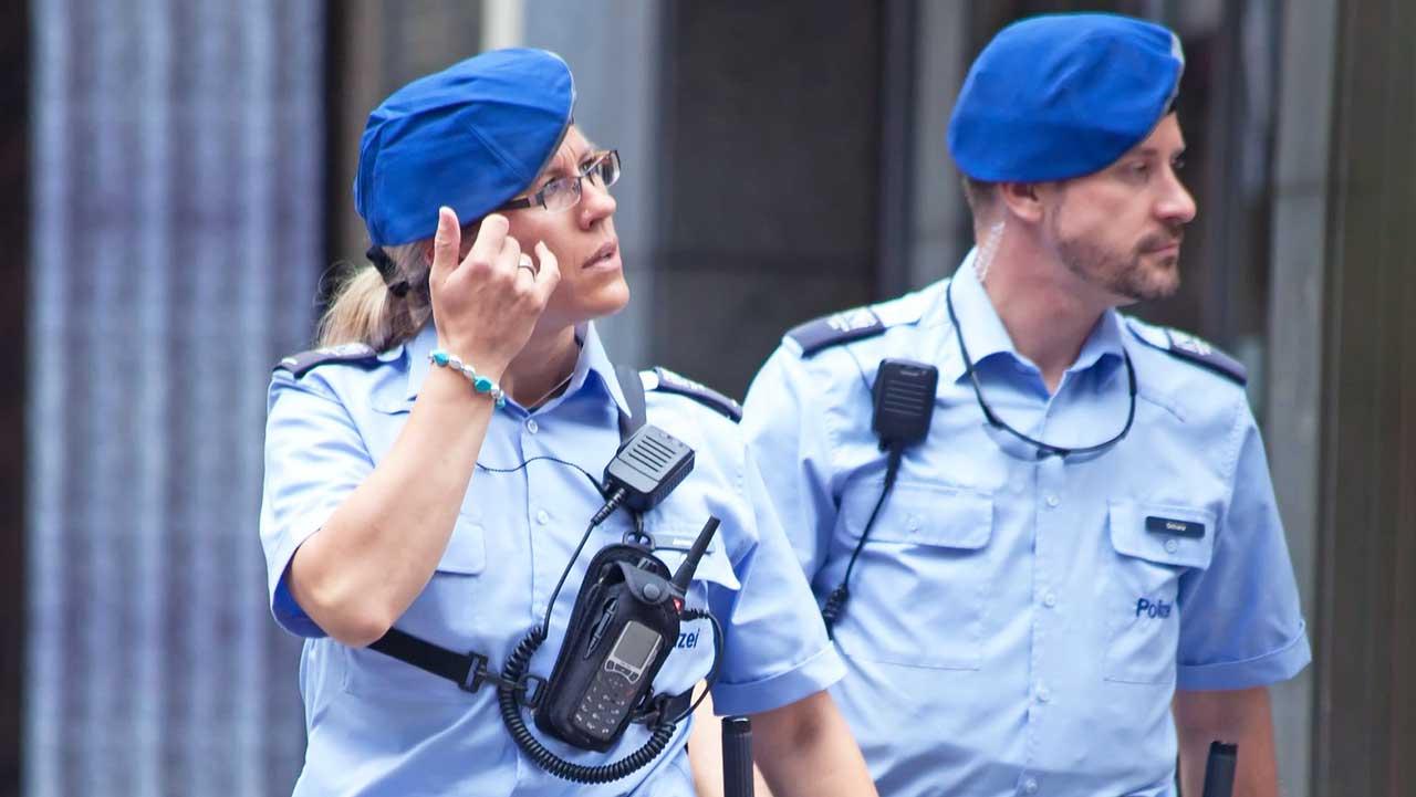 zwei Polizisten in der Stadt Zürich auf Patrouille
