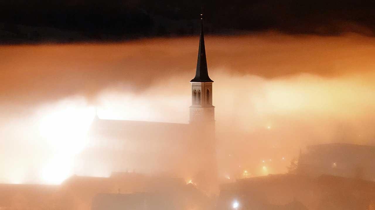 Kirche von Unterägeri ZG im beleuchteten Nebel