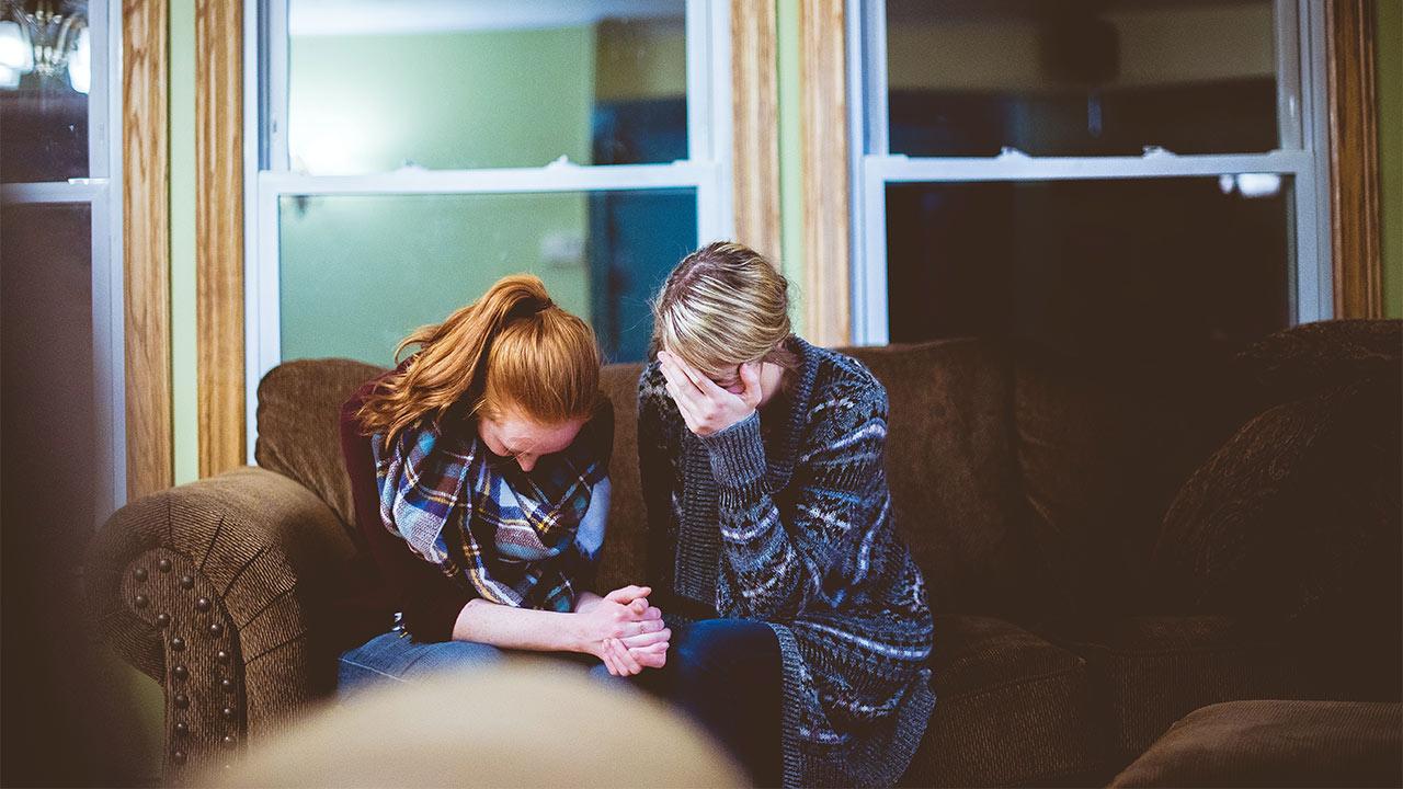 Zwei Frauen beten gemeinsam