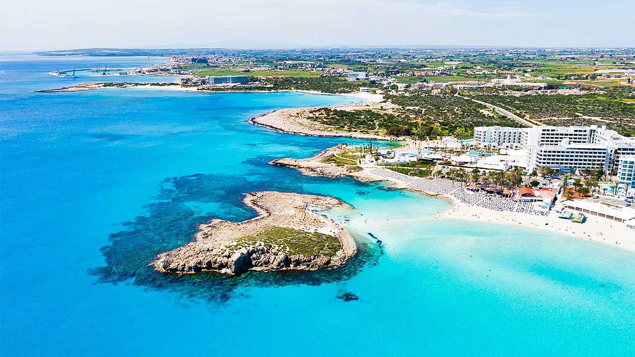 Vogelperspektive auf den Strand von Ayia Napa in Zypern