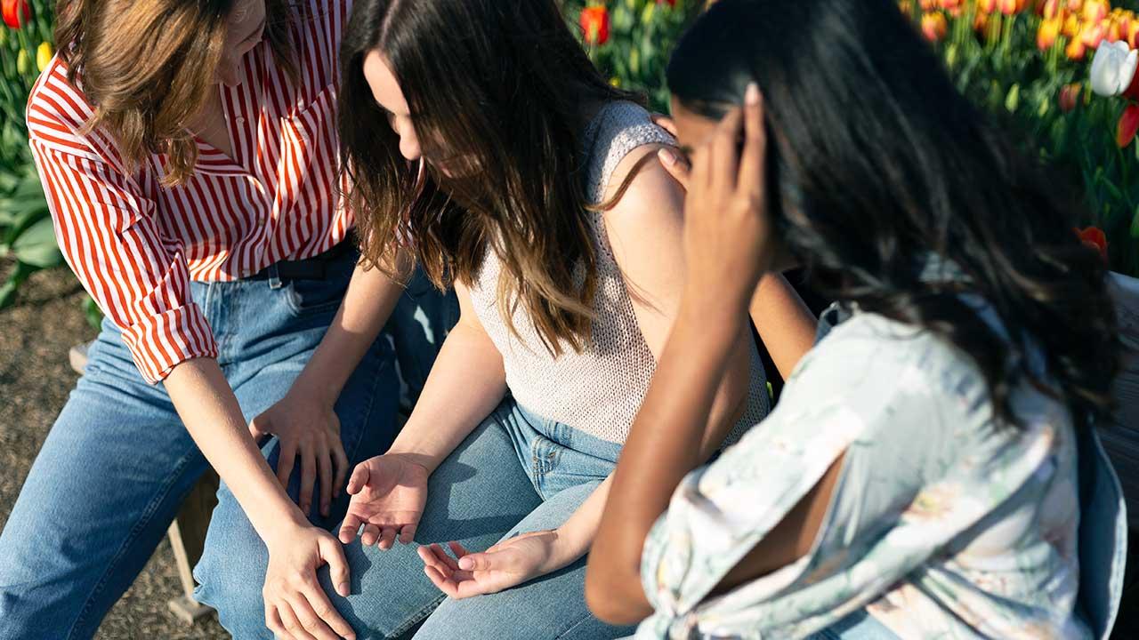 Frauen vereint im Gebet | (c) Priscilla du Preez/Unsplash