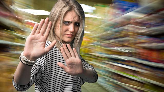 Frau macht Stopp-Zeichen