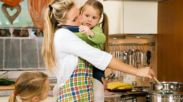Mutter im Haushaltsstress