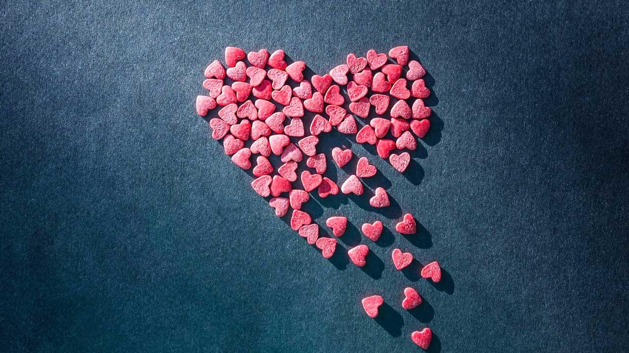 Herz bestehend aus kleineren Herzen zerbröckelt