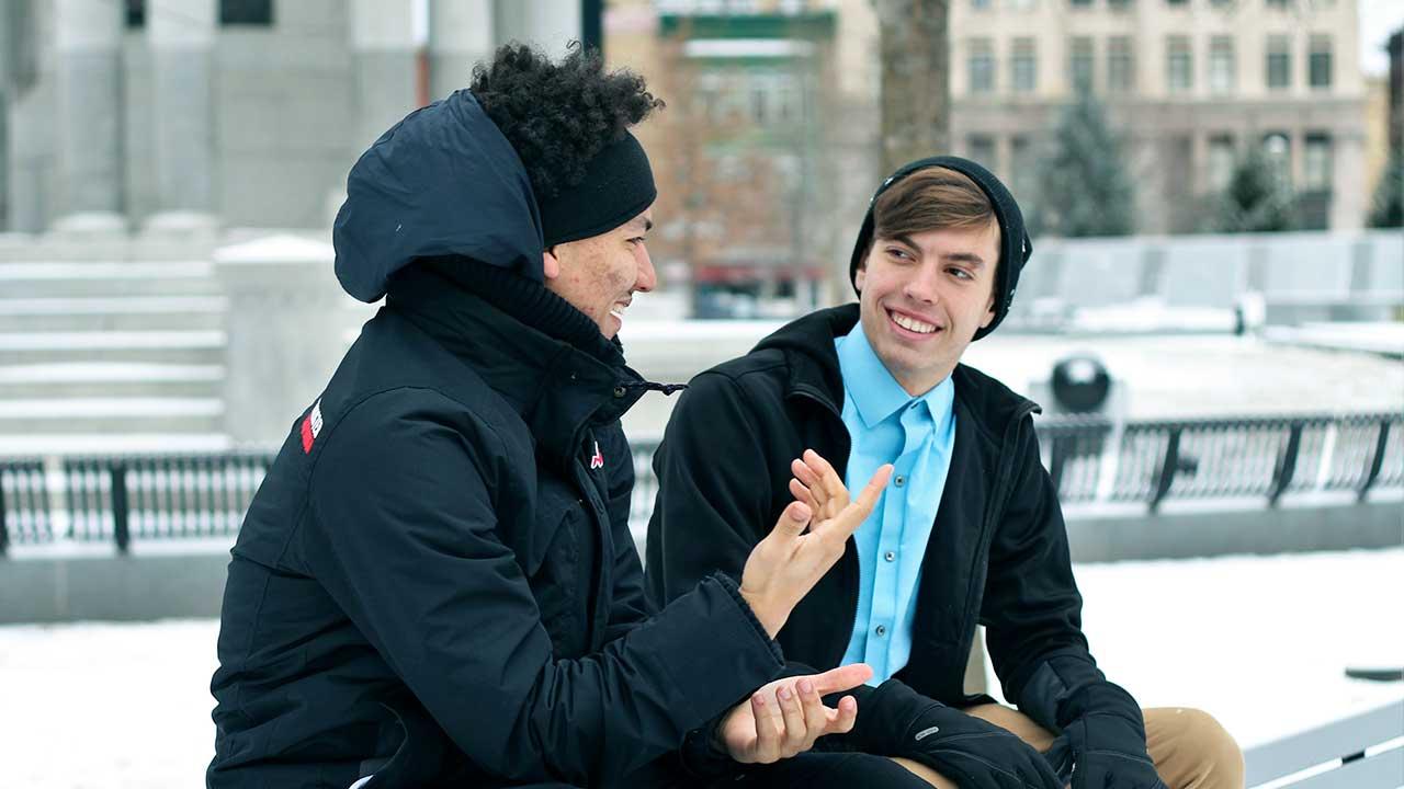 Zwei junge Männer im Gespräch