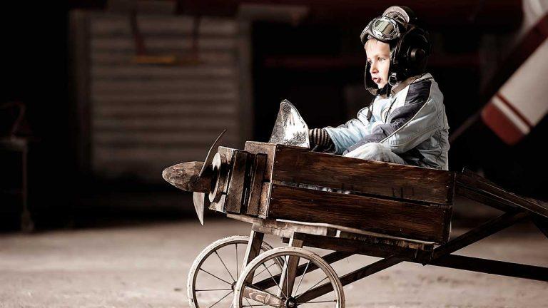 Junge in einem Holzkistenflugzeug