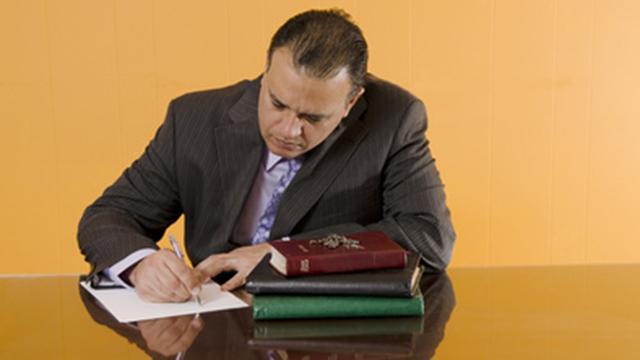 Pastor am Schreiben | (c) Fotolia