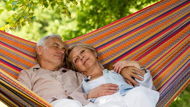 Älteres Paar ruht sich auf Hängematte auf | (c) unbekannt