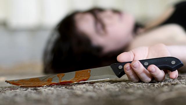 Frau mit blutigem Messer nach Selbstmord | (c) Dreamstime