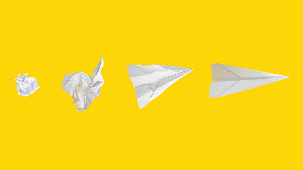 Von einem zerknüllten Blatt Papier zu einem Papierflieger