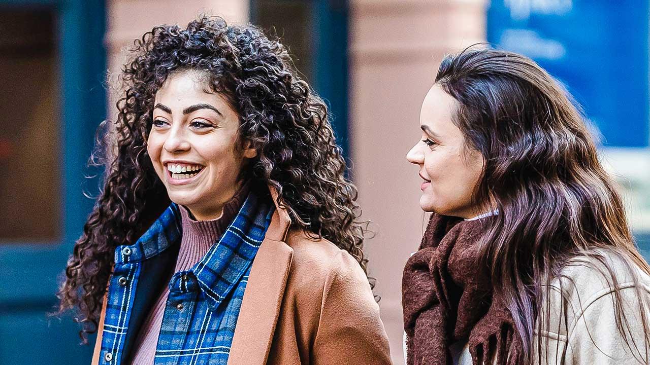 zwei Frauen sind zusammen unterwegs und haben eine gute Zeit zusammen