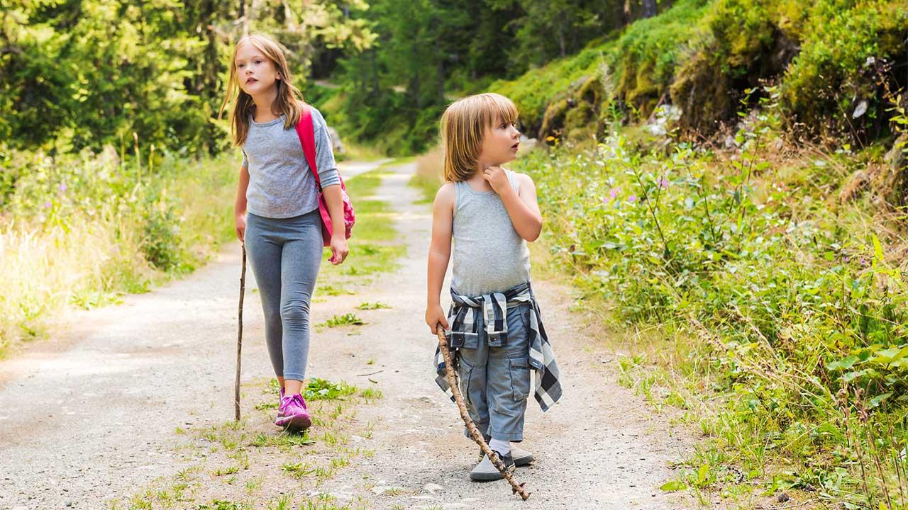 zwei Mädchen wandern | (c) 123rf