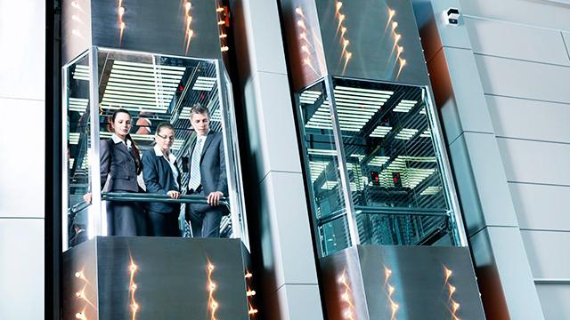 Mitarbeiter im Bürolift