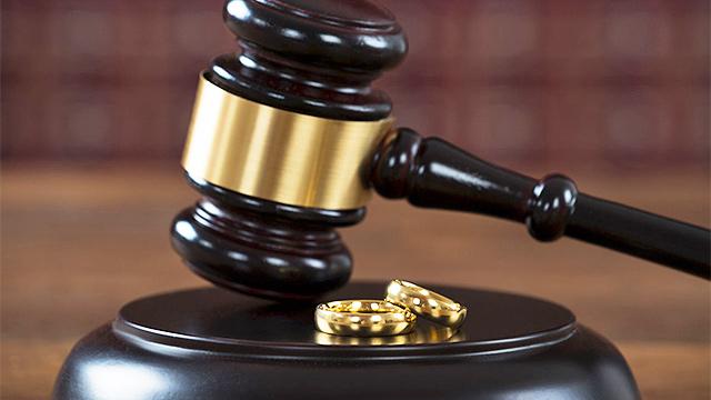 Eheringe und Hammer der Justiz