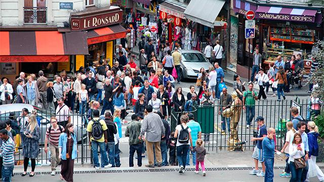 Passanten in Paris-Montmartre
