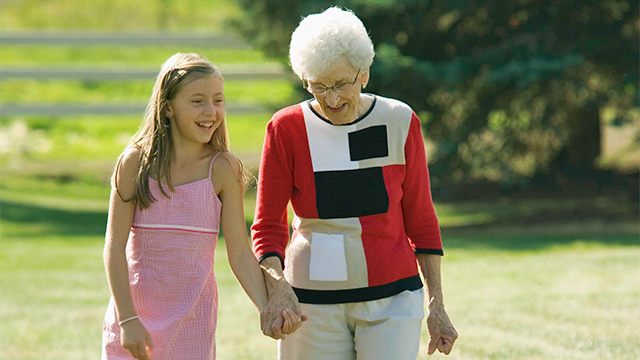 Enkelin und Grossmutter