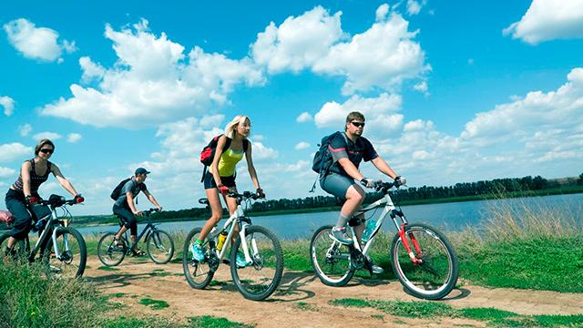 Radfahren entlang dem Fluss