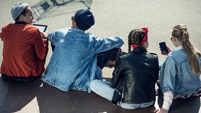 Jugendliche zusammen