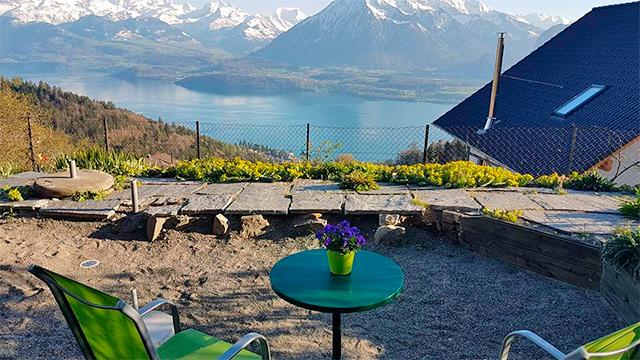Blick vom Läbeshuus Heiligenschwendi auf See und Alpen