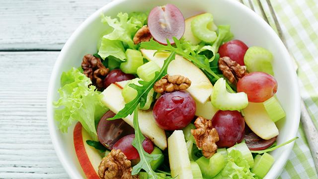 Salat mit Trauben und Walnüssen