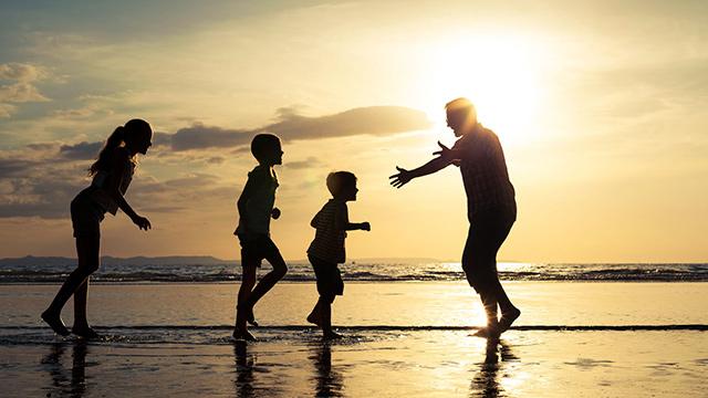 Vater und Kinder am Meer