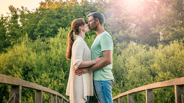 Küssendes Paar auf Brücke