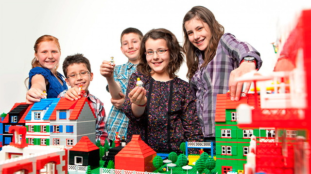 Kinder mit einer Lego-Stadt