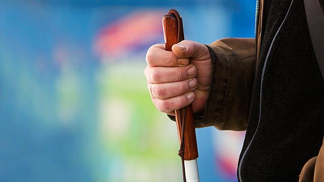 Hand mit Blindenstock