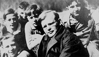 Dietrich Bonhoeffer mit Konfirmanden