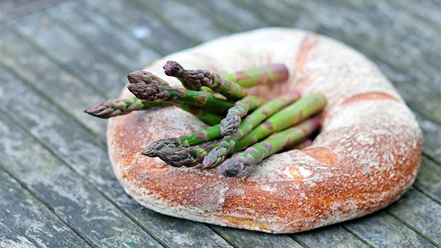 Brot und Spargeln