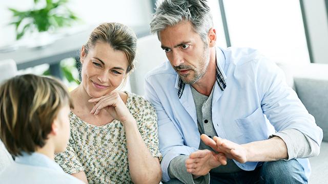 Gespräch zwischen Sohn und Eltern