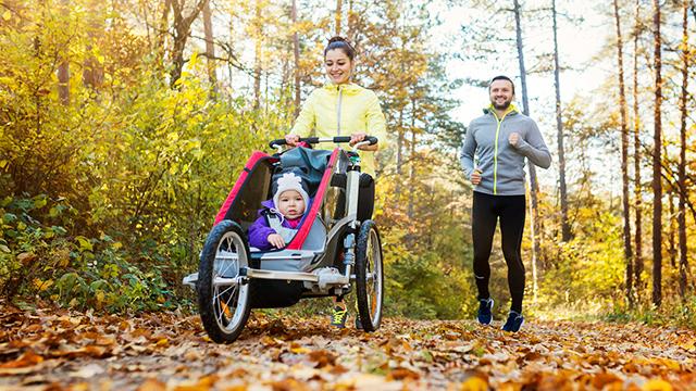 Familie joggt