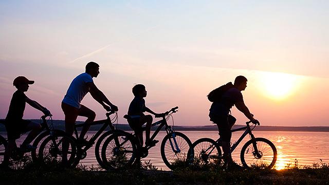 Familie auf Fahrrädern unterwegs