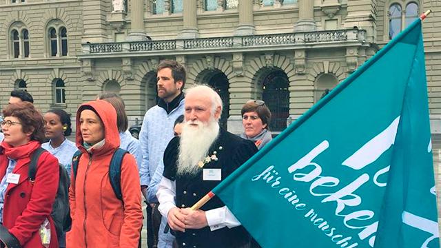 Farbe bekennen: Teilnehmer vor Bundeshaus
