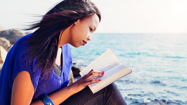 Frau liest Bibel