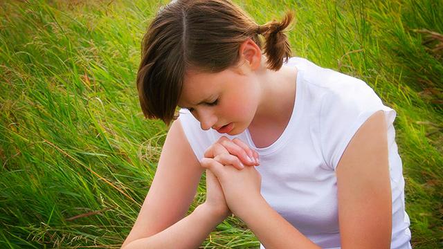 Jugendliche betet