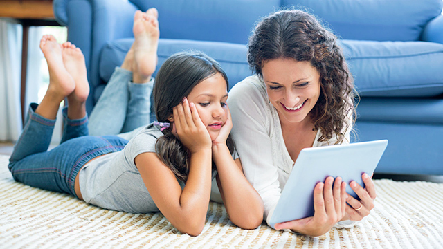 Mutter und Tochter gemeinsam mit Tablet